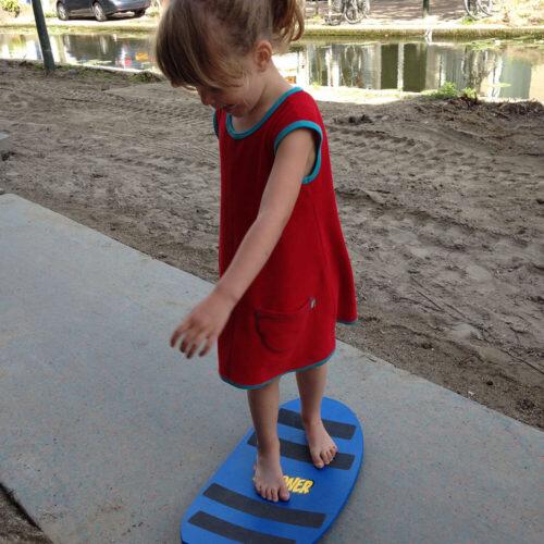 Kind Aan Het Surfen Op Straat
